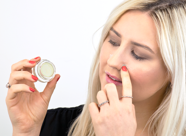 Chelsey wearing Vichy Dermablend Colour Corrector in Green