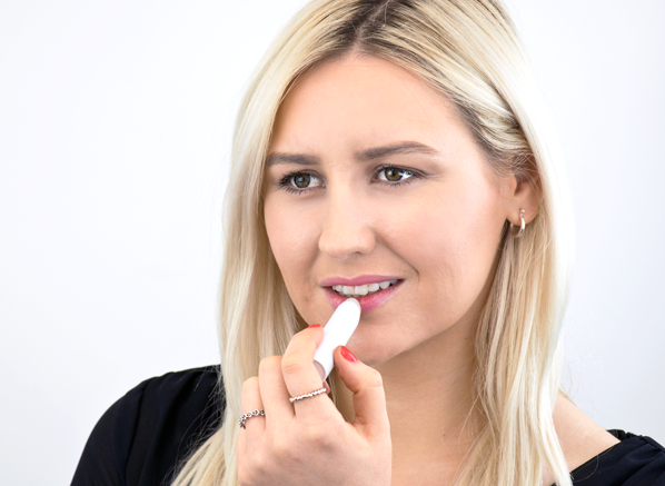 Chelsey Applying PAYOT Hydra 24+ Lèvres - Moisturising and Protective Lip Balm.