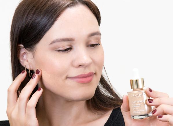 Blog-Size-Emma-Using-Clarins-Skin-Illusion